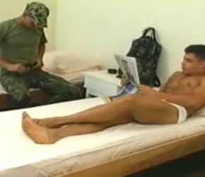 Fudendo o soldado viadinho no acompamento militar