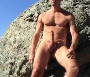 Dotadão socando uma bronha na praia de nudismo