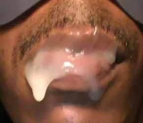 Negro com a boca cheia de porra - Amador Selfsuck