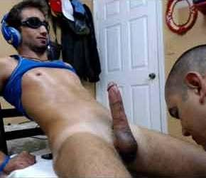 Careca mamador em novo vídeo chupando o pau duro do hetero viril - Amador