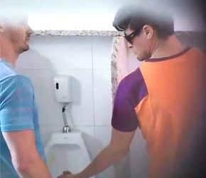 SpyCam flagra putaria gay no banheiro público em São Paulo - Amador