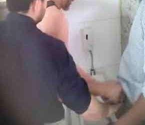Pegação entre machos em banheiros públicos