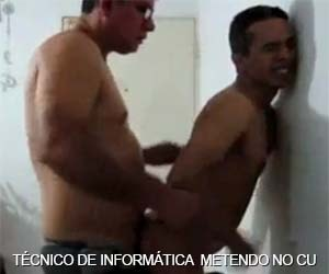 Técnico de informática come bunda do cliente gay