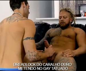 Loiro rastafari bombando no cu do tatuado