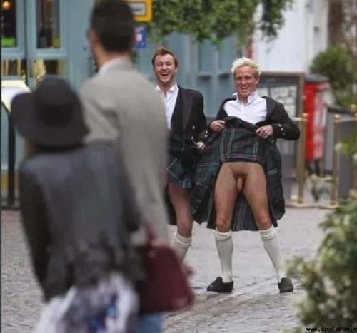 amigos levando kilt em publico naked boys