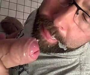 Pau 19cm uncut mela de porra a barba do careca no banheirão
