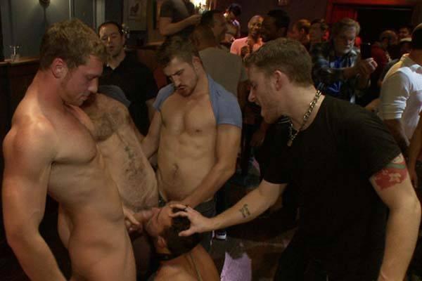 putaria entre gogoboys na boate gay