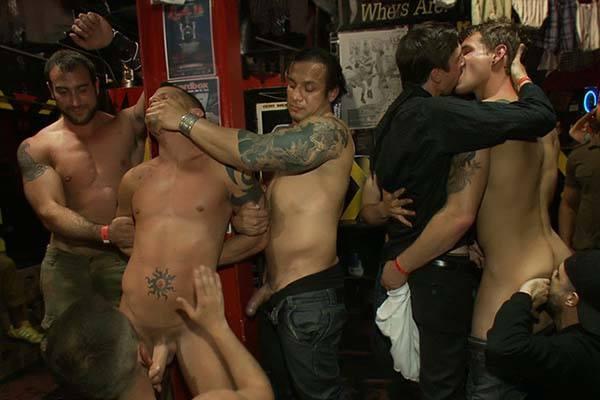 sexo explicito entre homens na boate gay