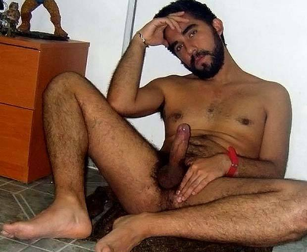 homem pelado peludo pes deliciosos