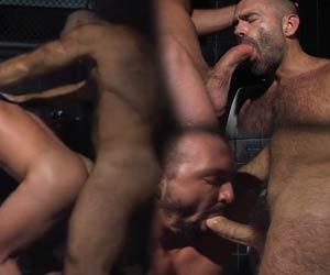 Fortão peludo atracado no macho do banheiro