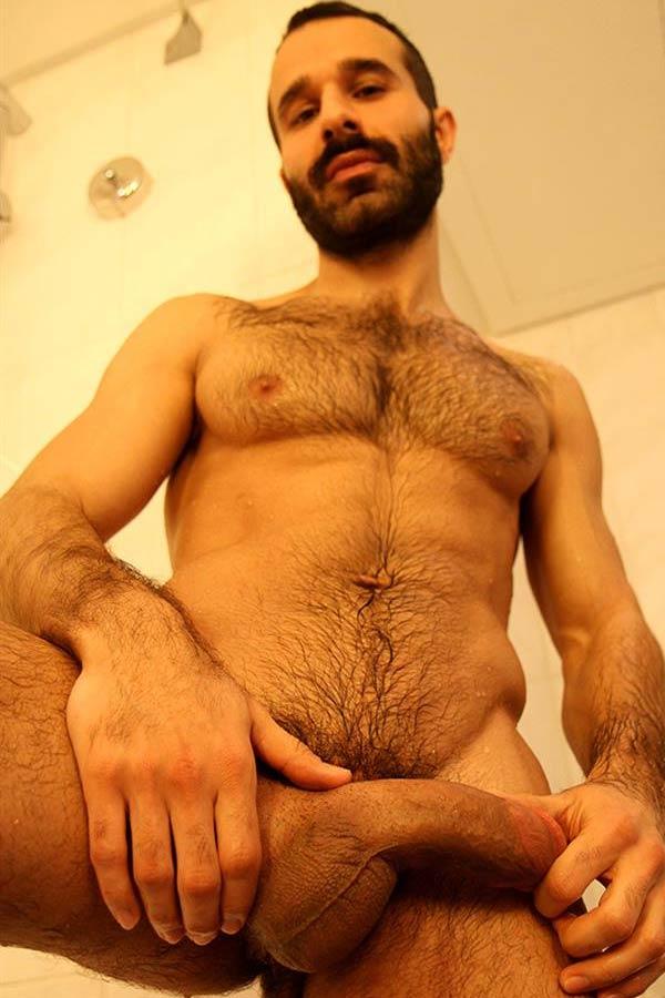 homem nu peito peludo nudes