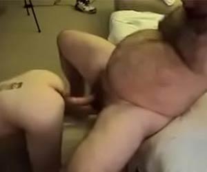 Paizão peludo assando a piroca no cu do boy