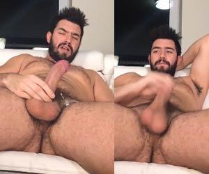 Homem gato gozando nos pentelhos vendo pornô gay