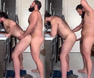 Ursão comendo marido barbudo na cozinha