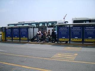 Para de autobús en la entrada al aeropuerto de Orio al Serio