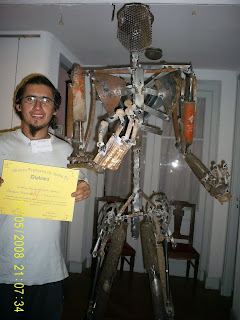 Miguel Cantarutti, con una de sus esculturas