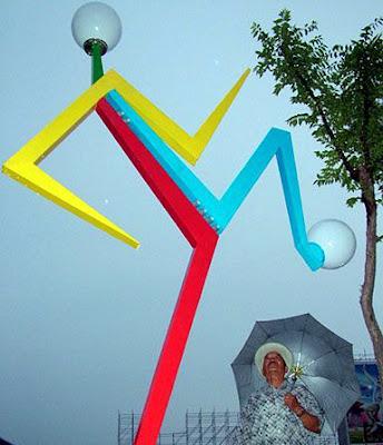 Lamp post shaped like athletes