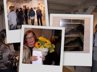 Nanna modtager blomster ved ferniseringen på udstillingen BRYG