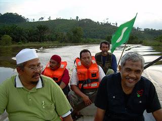 Ustaz Mohammad Nor Mohammad ketika ekspedisi menghulurkan bantuan kepada mangsa banjir baru-baru ini