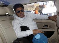 Ronaldo com bolsa de gelo indo para o hospital