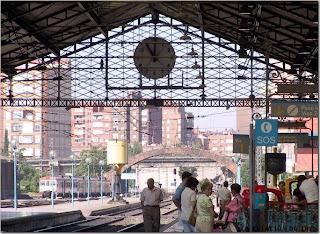 Paajeros esperan en el andén 1 de la estación de Valladolid-Campo Grande
