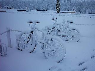 Unas bicicletas cubiertas por la nieve en Vitoria