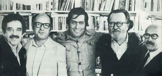 Entre Garcia Marquez y Vargas Llosa, en los años del Boom. También estaban José Donoso y Muñoz Suaz