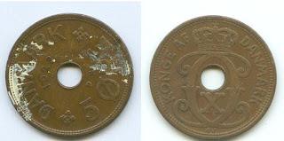 Dansk 5-øre fra 1928. Det hvide skyldes, at den har været i lommen på en maler...