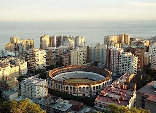 Vista general de Málaga, con la Plaza de Toros en primer término