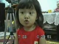 表情生動的可愛小女�