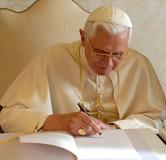 Papa Bento XVI assinando a nova enc�clica
