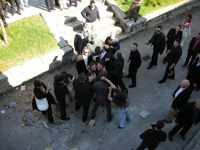Os Men in black de Baltar agredindo aos veciños de Calvos