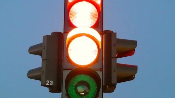 【海外の怖い話】赤信号の女