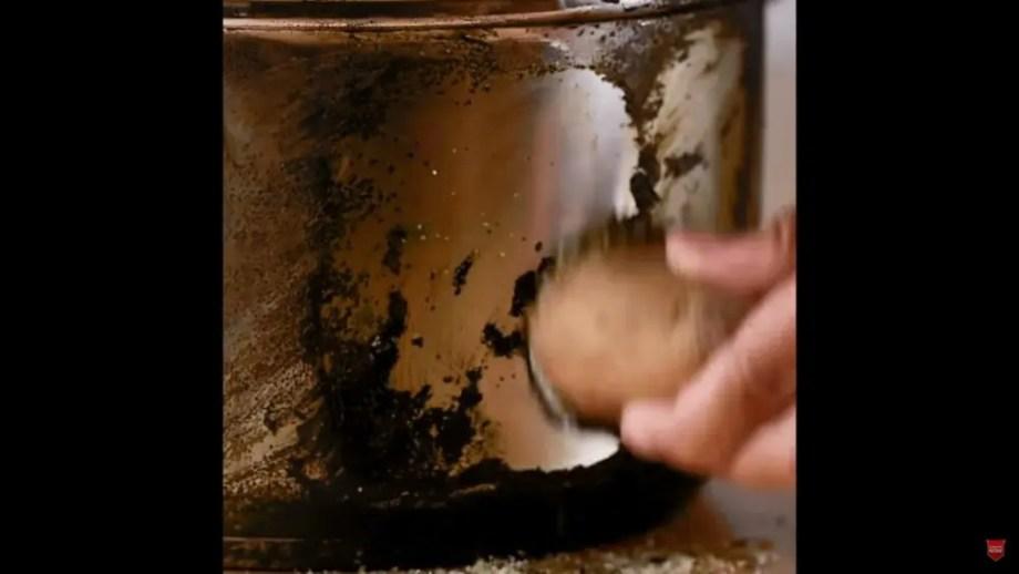 鍋の焦げ付きをジャガイモでキレイにする裏技