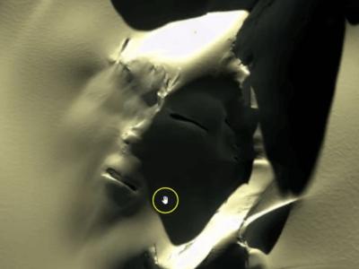 南極の雪山に巨大な人の顔が出現