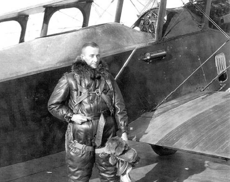 John Macready, Tenente das Forças Aereas Americanas, que teve um papel  importante no desenvolvimento dos Aviadores Ray-Ban. American Air Force  Lieutenant. 98737a90d9