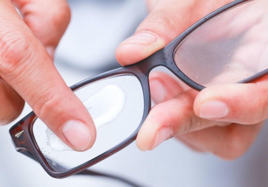 3ec704ee9 Como Remover Riscos dos Seus Óculos - EyeStyle - O Blog Oficial da ...