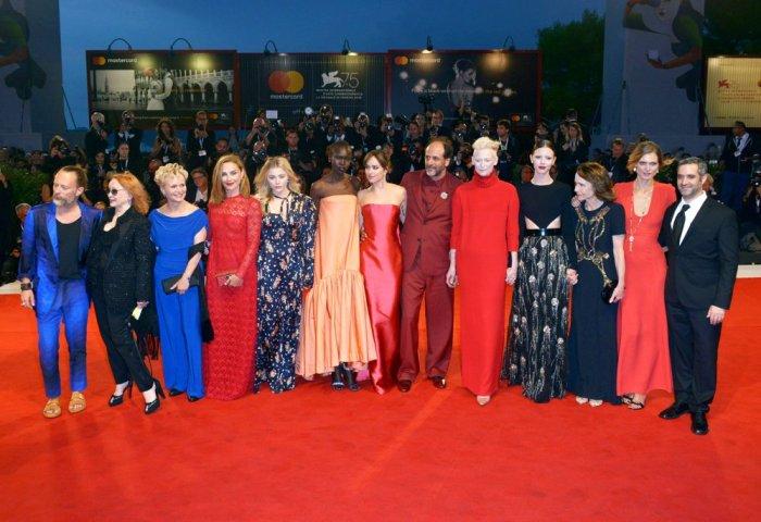 Luca Guadagnino e o elenco de Suspiria no tapete vermelho do Festival de Veneza deste ano © Reprodução