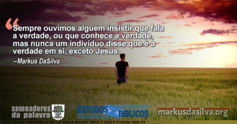 Rapaz andando no campo perto do por do sol com texto sobre o artigo: Estudo Bíblico: A Verdade Absoluta (Parte 1) - Existe a Verdade Absoluta? Markus DaSilva