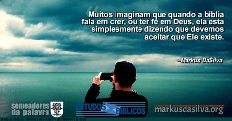 Homen olhando o mar com um binoculo com Estudo Bíblico - Encontrando a Deus - Prova da existência de Deus - Markus DaSilva