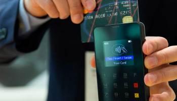 Passando cartão de crédito na maquineta