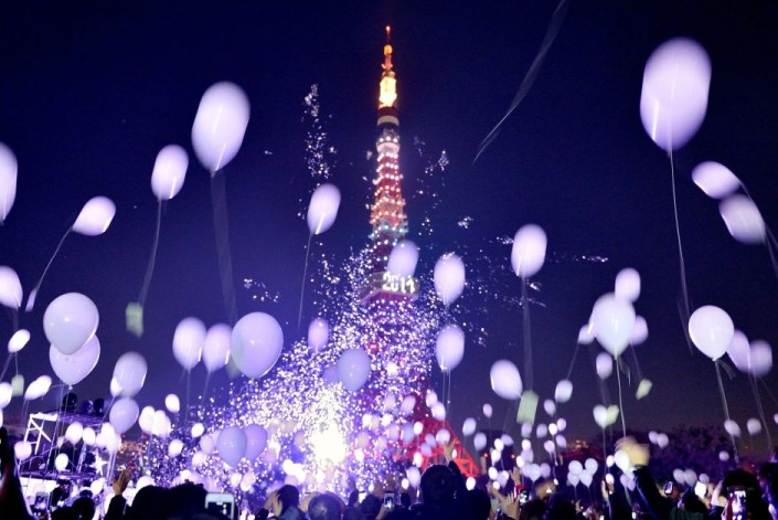 """Celebrating New Year 2014-Tokyo- Japan- People release balloons by the Prince Park Tower"""
