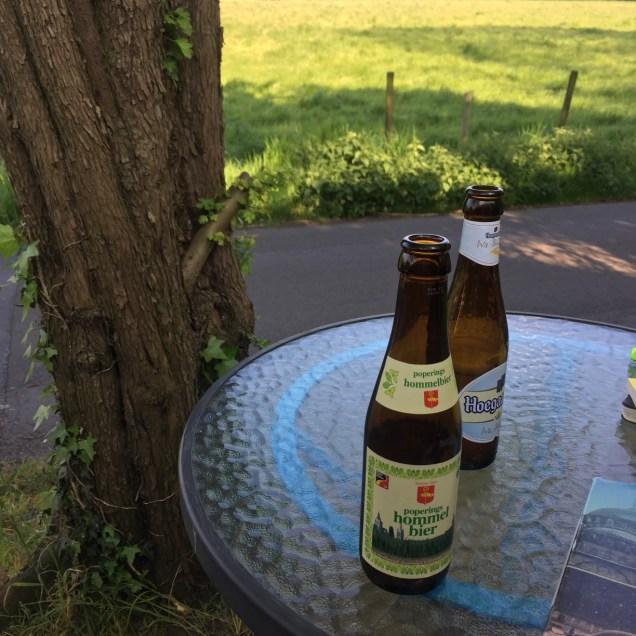 처음에는 기다리며 밖에서 맥주를 마셔보았습니다.