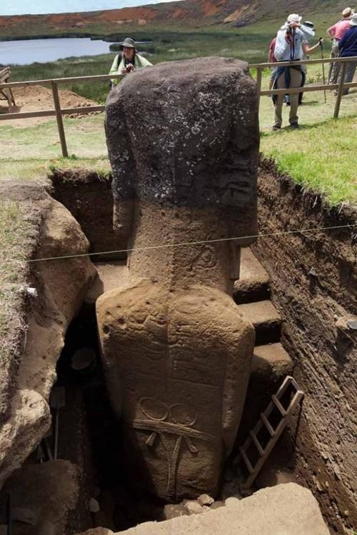 Археолози разкопаха статуя на Великденските острови. Това, което видяха е изумително!