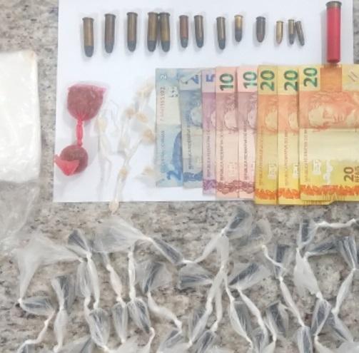 Dupla é presa com drogas e munição na Rua dos Lírios