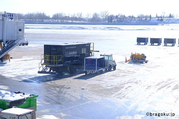 ブランド創出の極意(ブラゴク)のカテゴリ『コラム』バイヤー 野須子が行く! 【第1回】アトランタ編の、アトランタ空港到着後の空港の風景の画像。気温も低く、寒いです。