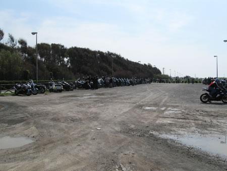Gli scooter del Silver Wing Club schierati alla Pasqua per un bambino