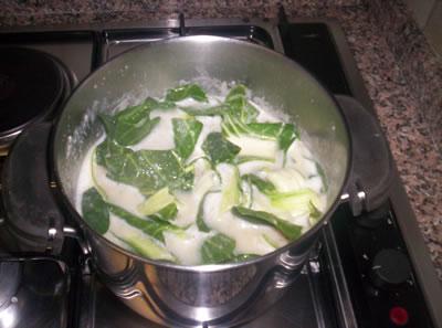 La bieta aggiunta alla zuppa di fave