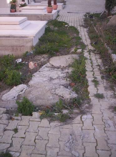 Vialetto danneggiato e mai riparato