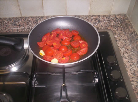 I pomodorini per preparare il sugo